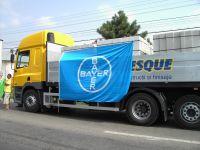 Bayer administreaza gratuit sinistratilor cinci camioane cu materiale de constructie
