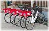 Profi duce acasa clientii si cumparaturile cu bicicleta