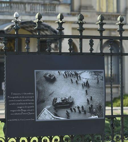 Evenimentele din Decembrie 1989, intr-o expozitie foto - documentara AGERPRES, in Piata Revolutiei, la MNAR