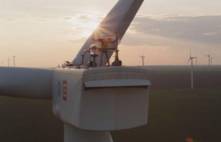 Parcul Eolian CEZ sustine primul DJ care mixeaza un concert de pe o turbina, la 100 metri inaltime.