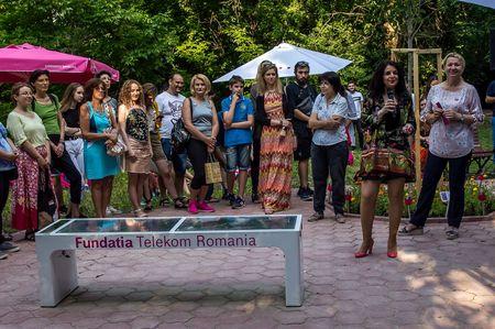 Primul spatiu verde cu banci solare si wifi gratuit, amenajat in Gradina Botanica din Bucuresti de catre Fundatia Telekom Romania