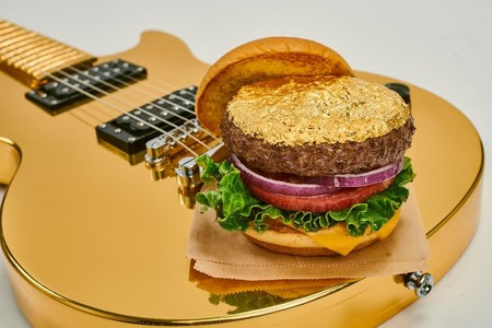 HARD ROCK CAFE lanseaza Steak Burger, favoritul fiind 24 Karat Gold Leaf Steak Burger, care va genera donatii catre Asociatia S.O.S Satele Copiilor